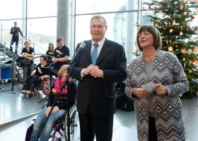 Vizepräsident Johannes Singhammer und Ulla Schmidt, Präsidentin der Lebenshilfe, bei der Übergabe des Christbaumschmucks
