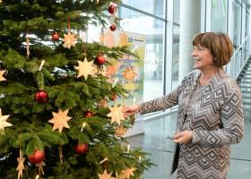 Ulla Schmidt am Weihnachtsbaum