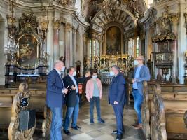 Informierten sich bei Pfarrer Josef Treutlein (Zweiter von links) über die geplante Sanierung des Würzburger Käppele (von links): Bernd Rützel, Freya Altenhöner, Volkmar Halbleib und Alexander Kolbow. Foto: Traudl Baumeister