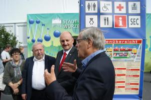 Mit dem Geschäftsführer der Messebetreiber-Firma AFAG, Herrn Könicke (li.) ging es los in die Hallen 1 und 2.