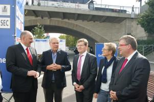 Die Abgeordneten aus Bund und Land lauschen Herrn Könicke, dessen Firma seit 40 Jahren die Messe durchführt.