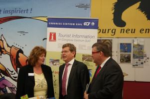 Georg Rosenthal und Volkmar Halbleib am Stand der Städtepartnerschaft Würzburg-Suhl - passend am 25. Jahrestag der Deutschen Einheit!