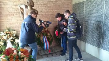 Schüler zündeten zum gedenken eine Kerze an