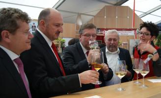 Beim Bezirk Unterfranken an der Weintheke ...