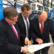 Foto (v.l.n.r.): Volkmar Halbleib, MdL, Robert Krämer, technischer Leiter der Kinkele GmbH, Bernd Rützel, MdB