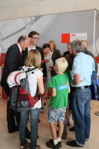 Florian Pronold und ich im Gespräch mit jungen Besuchern