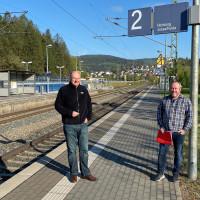 Bernd Rützel (links) und Nickel im Gespräch zur Weiterentwicklung des Bahnhofs Rieneck