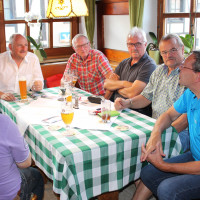 Ein lebhaftes Gespräch mit interessierten Bürgerinnen und Bürgern in Burgsinn.