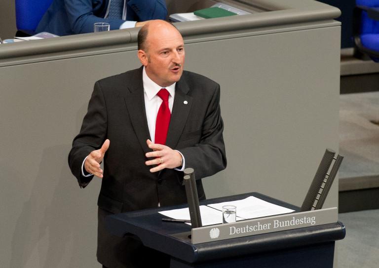 Bernd Rützel am Redepult des Deutschen Bundestages 2