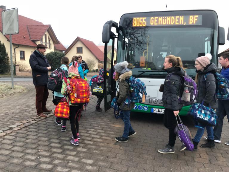 2018-04 Bus Schulkinder Schaippach